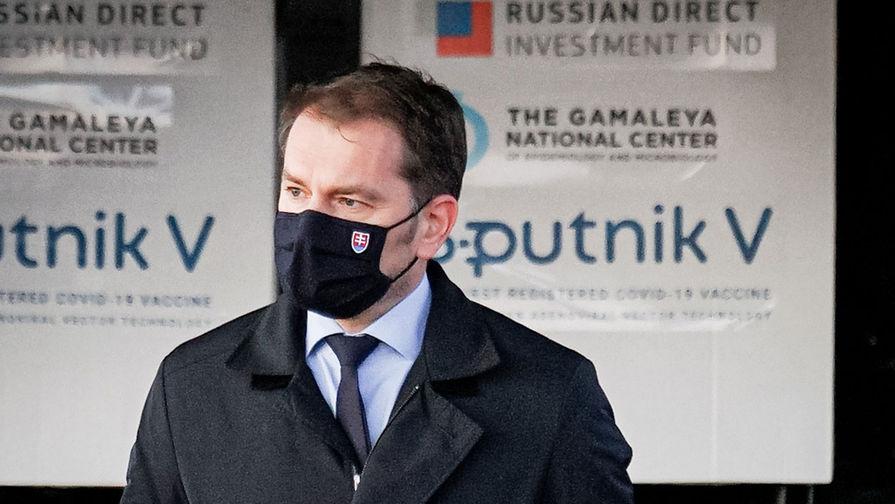 Премьер-министр Словакии Игор Матович в аэропорту города Кошице, куда доставлена первая партия российской вакцины от коронавируса «Спутник V», 1 марта 2021 года