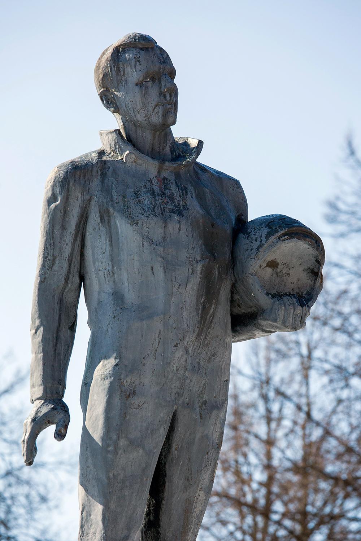 Памятник космонавту Юрию Гагарину скульптора В. Пурихова на улице Мичурина перед входом в парк имени Ю.А. Гагарина в Заволжье