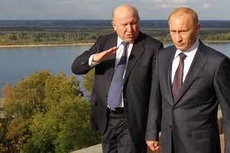 Губернатор Нижегородской области Валерий Шанцев и глава правительства России Владимир Путин во время прогулки по нижегородскому Кремлю, 2010 год