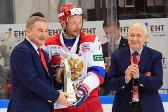 Владислав Третьяк вручает Илье Ковальчуку ценный трофей на глазах Владимира Юрзинова