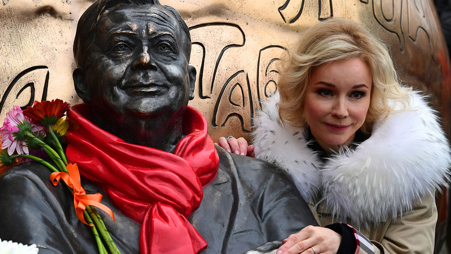 Вдова Олега Табакова, актриса Марина Зудина на церемонии открытия скульптурной композиции «Атом Солнца Олега Табакова» в Москве, 14 декабря 2020 года