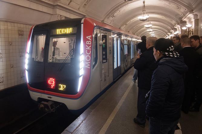 Состав с вагонами «Москва» во время парада поездов на Кольцевой линии московского метро, 13 мая 2017 года
