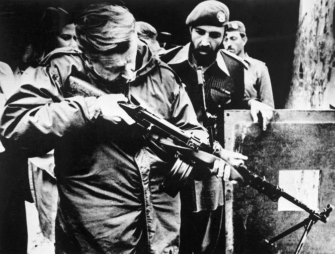 Помощник президента США понациональной безопасности Збигнев Бжезинский во время посещения позиций пакистанских войск, Исламабад, Пакистан, 1980 год
