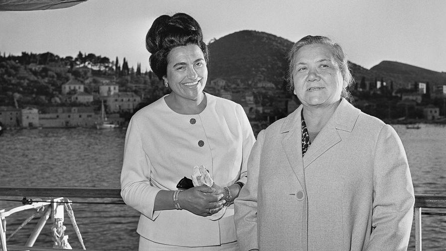 Супруга первого секретаря ЦК КПСС Никиты Хрущева Нина Петровна (справа) и супруга председателя Союза коммунистов Югославии Иосипа Броз Тито Йованка Броз, 1963 год