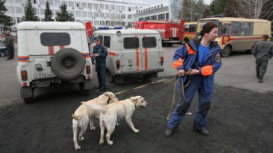 Спасатели МЧС с поисковыми собаками на месте аварии на шахте «Распадская» в городе Междуреченске Кемеровской области, 9 мая 2010 года