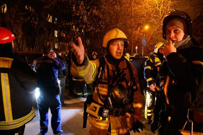 Пожарные у дома на Шелепихинской набережной, где произошла авария из-за перепада давления газа. ЧП произошло по нескольким адресам в районе метро «Международная» и комплекса «Москва-Сити»
