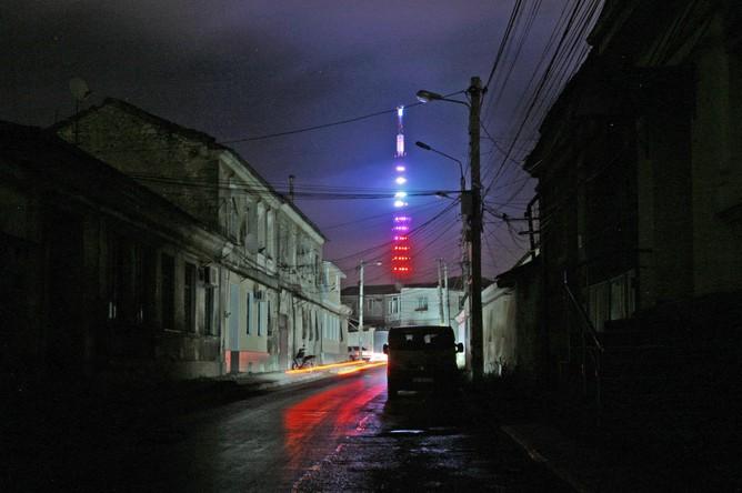Неработающее уличное освещение на улицах города Симферополя. Электроснабжение Крыма было прекращено 26 декабря по распоряжению национальной энергокомпании Украины «Укрэнерго»