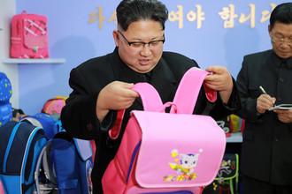 Высший руководитель КНДР Ким Чен Ын во время посещения фабрики сумок в Пхеньяне. Фотография опубликована агентством ЦТАК 5 января 2017 года