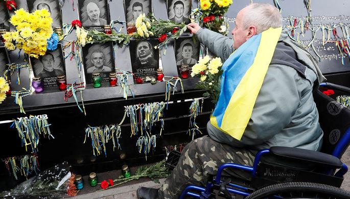 Мужчина у мемориала «небесной сотне» в центре Киева в день пятой годовщины «майдана», 21 ноября 2018 года