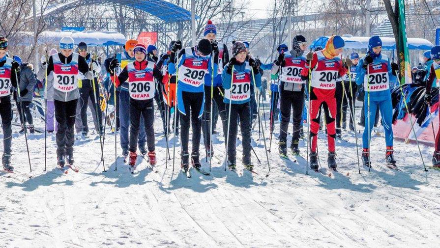 <b>5-летие проекта «На лыжи!» и открытие лыжной базы в Тулуне. </b>Проект «На лыжи!», инициатором которого выступил основатель En+ Group Олег Дерипаска, в этом году отмечает свое 5-летие. Он проводится совместно компаниями En+ Group, РУСАЛ и Федерацией лыжных гонок России. Главная цель&nbsp;- повысить качество жизни в регионах с помощью пропаганды спорта и здорового образа жизни. В проект инвестировано более 360 миллионов рублей, направленных на повышение качества лыжной инфраструктуры, модернизацию лыжных баз, стадионов и других объектов, образовательные проекты и на многое другое. За время существования проекта подготовлены стадионы и тренировочные базы в городах Ангарск, Братск, снегоуборочные машины для обслуживания лыжных трасс &ndash; ратраков. Компания закупила и передала спортсменам более 1100 единиц лыжного инвентаря, 402 тренера прошли подготовку на образовательных курсах. В мае этого года завершено строительство здания лыжной базы в Тулуне. Проект стал одним из ключевых в ходе восстановления и развития социальной инфраструктуры города после сильного наводнения летом 2019 года. В новом здании предусмотрены раздевалки с санузлами и душевыми, тренерская, комнаты для хранения и подготовки инвентаря, а также теплая стоянка для снегохода со спец. прицепом для укатки лыжни.