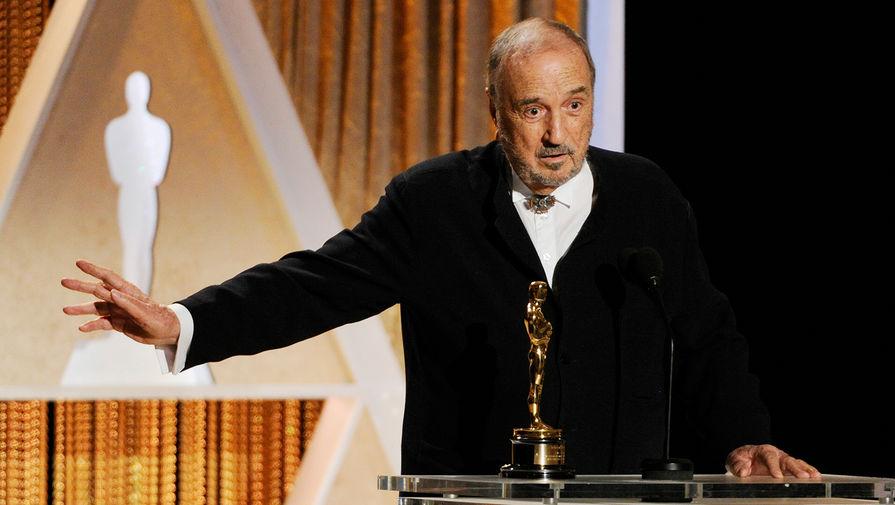 Жан-Клод Каррьер со статуэткой «Оскар» за выдающиеся заслуги в кинематографе во время церемонии вручения в Лос-Анджелесе, 2014 год