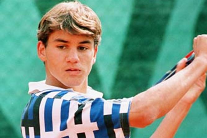 Первые серьезные успехи на юниорском уровне пришли к Федереру в 1998 году. В этом году Роджер выиграл Уимблдонский турнир в соревнованиях одиночного и парного разряда среди юношей