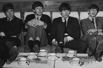 Участники The Beatles Джон Леннон, Пол Маккартни, Джордж Харрисон и Ринго Старр в театре «Принц Уэльский» в Лондоне, ноябрь 1963 года