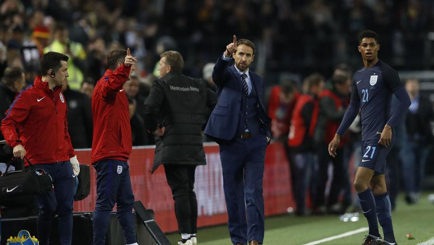 Главный тренер английской сборной Гарет Саутгейт дает указания Маркусу Рашфорду