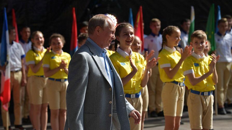 Президент России Владимир Путин во время посещения детского центра «Артек» на полуострове Крым, 24 июня 2017 года