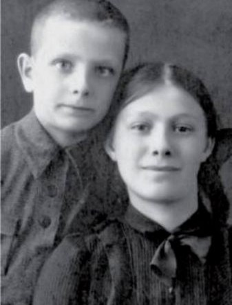 Галина с братом Юрием. Алма-Ата, 1942 год