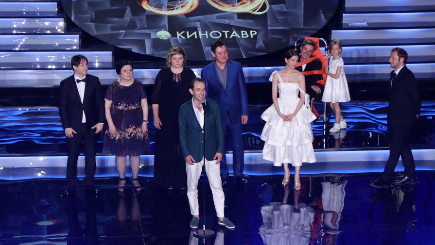 Председатель жюри основного конкурса, актер Константин Хабенский (в центре на первом плане) во время церемонии открытия XXX Открытого фестиваля российского кино «Кинотавр»