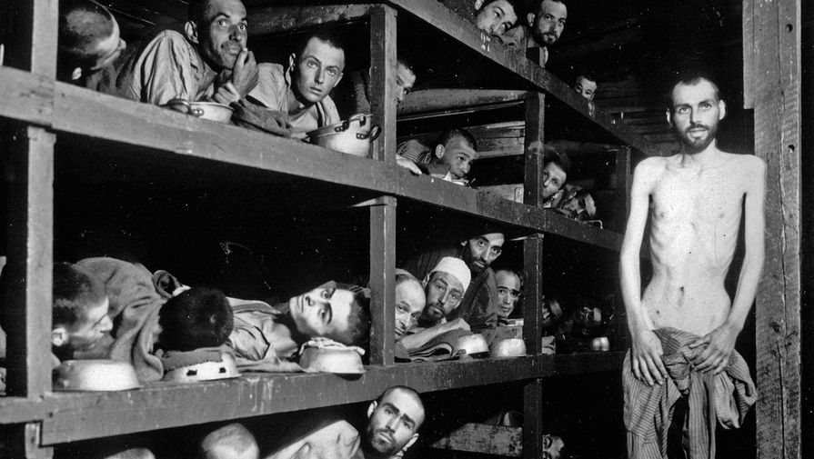 Узники концлагеря Бухенвальд в своих бараках спустя несколько дней после освобождения, 16 апреля 1945 года
