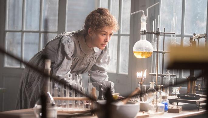 «Опасный элемент»: Пайк открывает радиоактивность в байопике Кюри