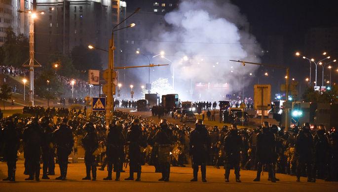 Взрыв шумовой гранаты во время акций протеста в Минске в ночь после выборов президента Белоруссии, 9 августа 2020 года