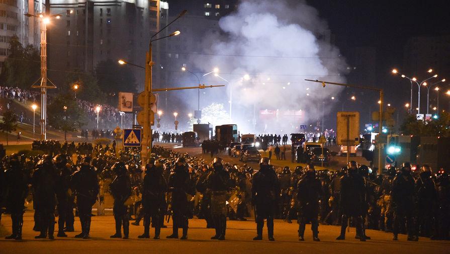 Полицейское заграждение во время акций протеста в Минске в ночь после выборов президента Белоруссии, 9 августа 2020 года