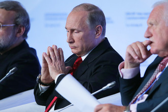 Спикер Исламского консультативного совета Ирана Али Лариджани, президент РФ Владимир Путин и экс-президент Чехии Вацлав Клаус (слева направо) на пленарной сессии 12-го заседания Международного дискуссионного клуба «Валдай»
