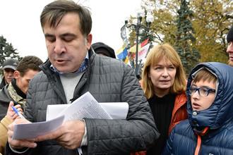 Бывший президент Грузии, экс-губернатор Одесской области Михаил Саакашвили с женой Сандрой Рулофс и сыном Николозом на вече у здания Верховной рады в Киеве, 29 октября 2017