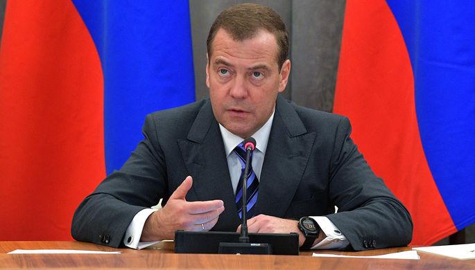 Дестабилизируют мир: Медведев обвинил США в торговых войнах