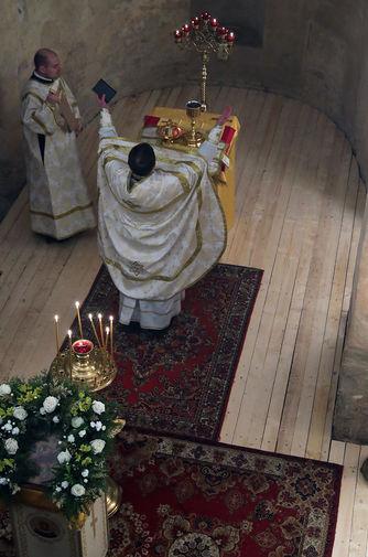 Настоятель университетского храма Сретения Господня в Антониевом монастыре (Великий Новгород) иерей Евгений (Зайцев) проводит Рождественское богослужение в церкви Николы на Липне, 7 января 2021 года