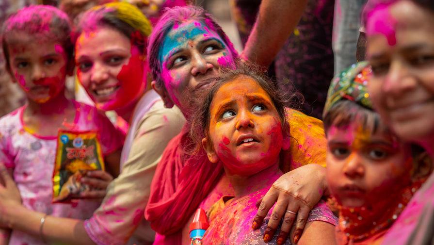 Участники празднования Холи в Гаухати, Индия, 29 марта 2021 года