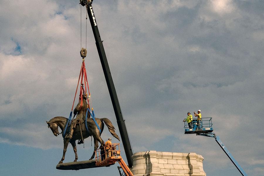 Р'РЎРЁРђ снесли неугодный BLM памятник конфедерату Роберту Ли
