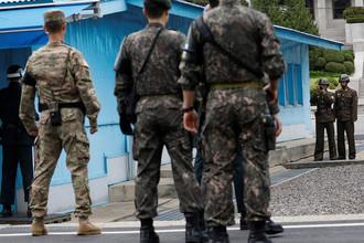 Северокорейские и южнокорейские солдаты во время посещения деревни Пханмунджом на границе КНДР и Южной Кореи вице-президентом США Майком Пенсом, 17 апреля 2017 года