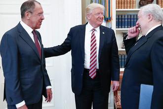 Министр иностранных дел РФ Сергей Лавров, президент США Дональд Трамп и посол РФ в США Сергей Кисляк во время встречи в Белом доме