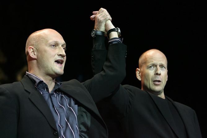 Российский и американский киноактеры Гоша Куценко и Брюс Уиллис (слева направо) на сцене московского кинотеатра «Пушкинский» перед премьерой анимационного фильма «Лесная братва» (США), 2006 год
