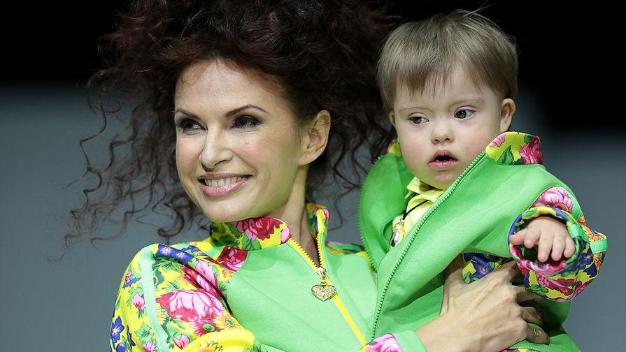 Актриса Эвелина Бледанс c сыном Семеном на одном из показов в рамках недели моды в Гостином дворе в Москве, 2014 год