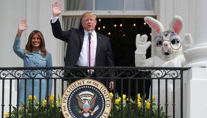Президент США Дональд Трамп с первой леди Меланьей Трамп во время ежегодного фестиваля катания пасхальных яиц на лужайке у Белого дома, 22 апреля 2019 года