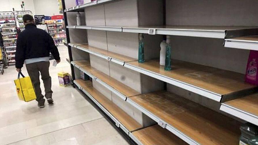 Пустые полки в одном из магазинов в Милане, 23 февраля 2020 года