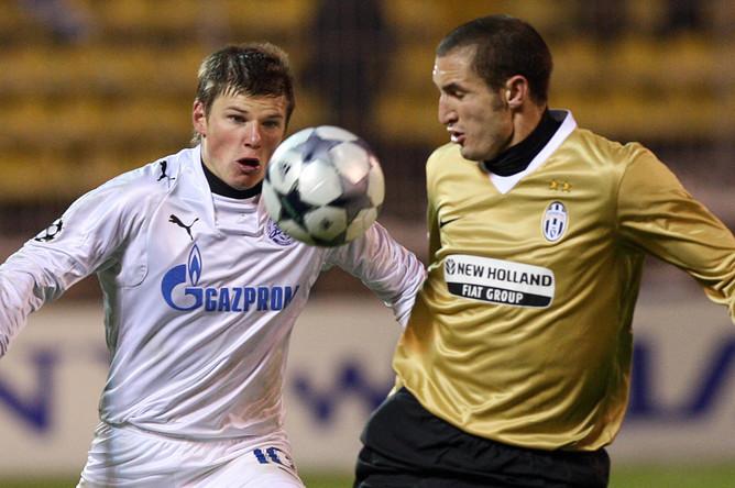 Аршавин против защитника «Ювентуса» Кьелини в матче группового турнира Лиги чемпионов