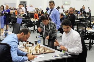 Владимир Крамник (справа) обыграл Веселина Топалова в блестящем стиле