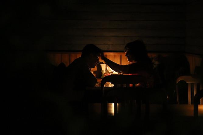 Посетители в кафе с отключенным электричеством