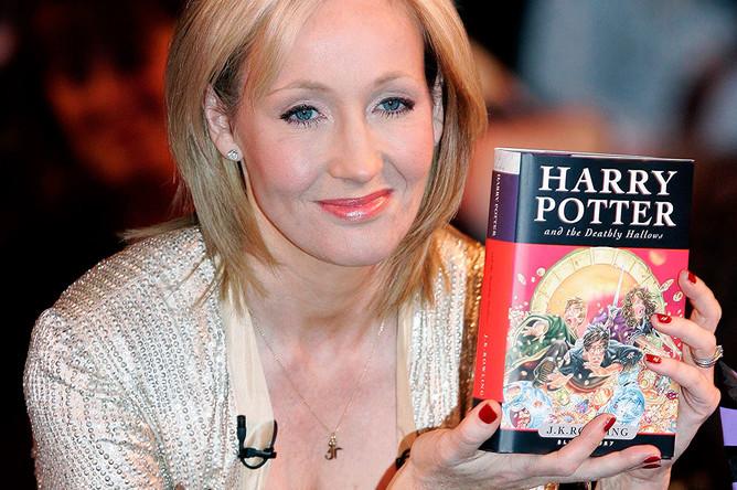 Джоан Роулинг на презентации «Гарри Поттера и даров смерти» в 2007 году