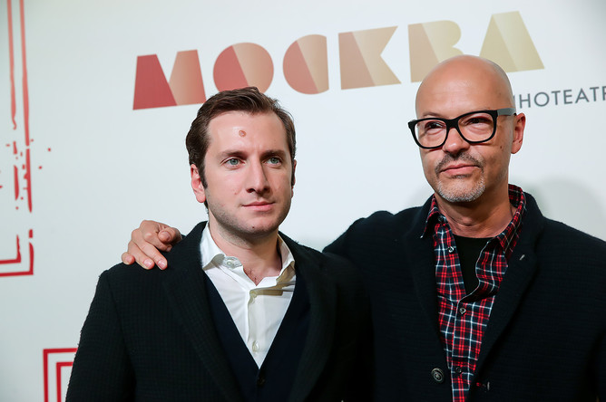Режиссеры Резо Гигинеишвили и Федор Бондарчук (слева направо) на премьере фильма «Без границ» в кинотеатре «Москва»