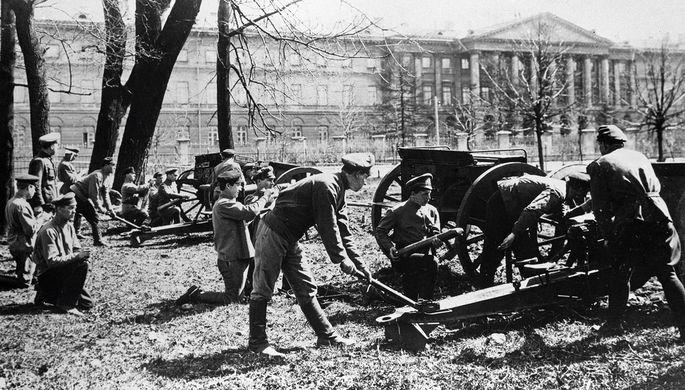 Оборона Петрограда при наступлении армии генерала Николая Юденича. Артиллерийская команда у Смольного. Октябрь-ноябрь 1919 года