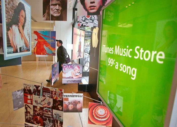 <b>iTunes (2001)</b><br><br> До появления медиаплеера iTunes, специально разработанного Apple для собственных устройств, никто не мог убедить музыкальные лейблы, что люди когда-то будут платить за песни в интернете. Убедить получилось, платить теперь вынуждены многие. На фото реклама iTunes в фирменном магазине компании в Пало-Алто в 2003 году