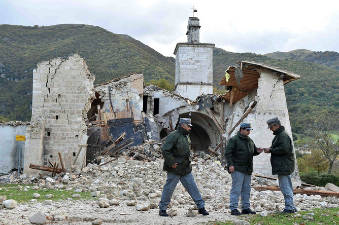 Сотрудники полиции около разрушенной церкви в Кампи-ди-Норча