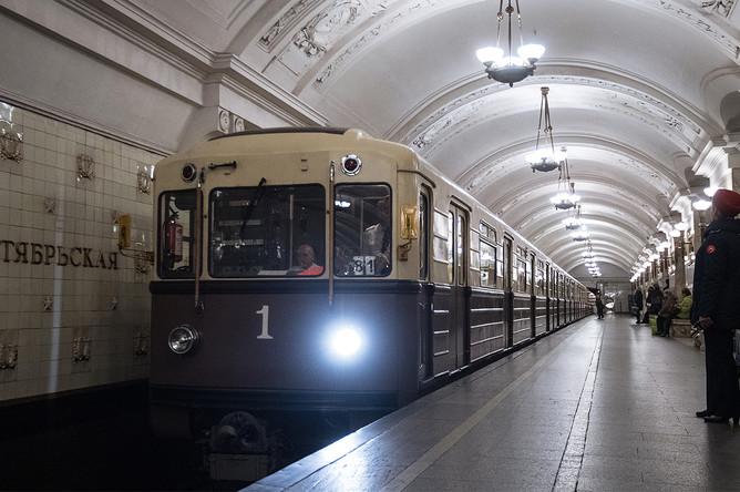Ретропоезд «Сокольники» во время парада поездов на Кольцевой линии московского метро, 13 мая 2017 года