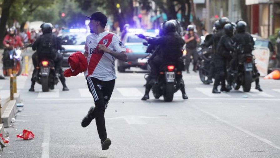 Скандал на Кубке Либертадорес: фанаты ранили полицейских