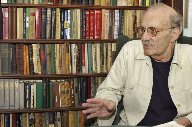 Режиссер Георгий Данелия в кабинете своей квартиры, 2005 год