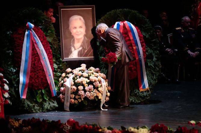 Во время церемонии прощания с актрисой Элиной Быстрицкой в Малом театре в Москве, 29 апреля 2019 года