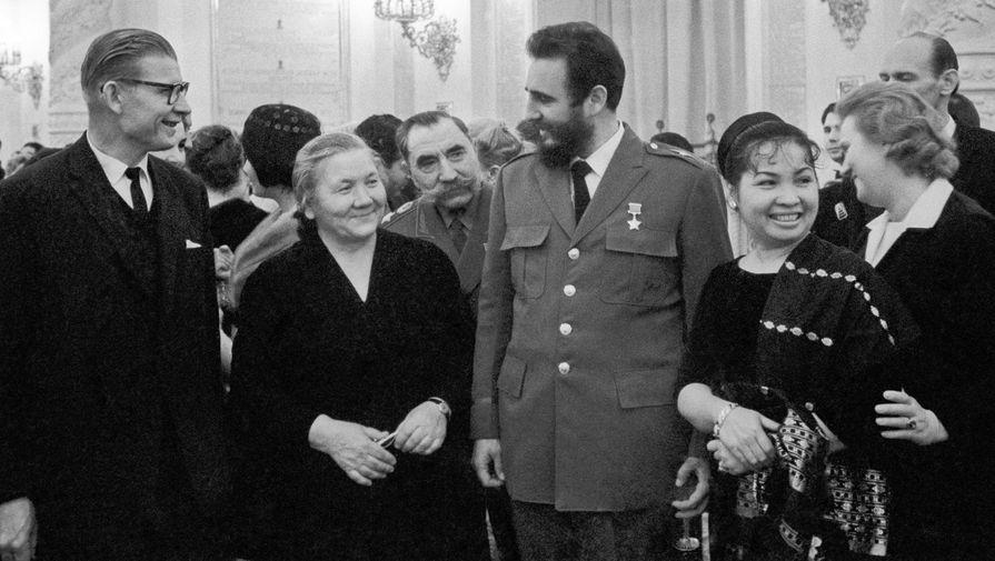 Лидер кубинской революции Фидель Кастро ( в центре) во время приема в Кремле. Вторая справа- жена первого секретаря ЦК КПСС Никиты Хрущева Нина Петровна, третий справа- советский военачальник Семен Буденный, 1964 год